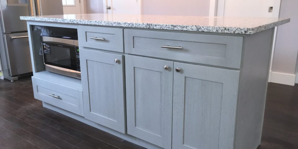 Island_With_Stainless_Steel_Microwave_in_Forevermark_Ice_White_Shaker